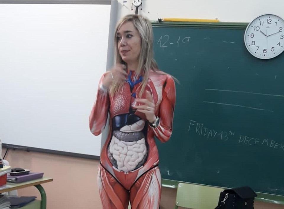 School teacher Veronica Duque wears skin-tight bodysuit to better demonstrate human internal organs to her students. ― Picture via Twitter/mikemorations