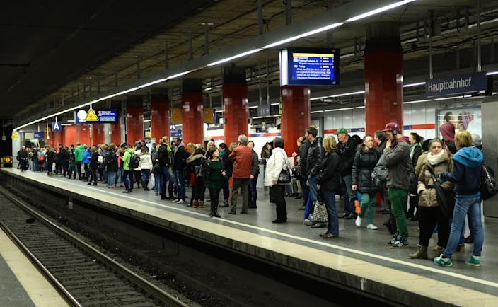 Passengers wait for a regional S-Bahn train at the central train station in Munich, southern Germany, on November 6, 2014 (AFP Photo/Christof Stache)