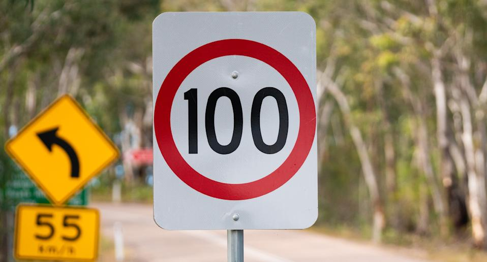 A 100km/ph speed zone sign