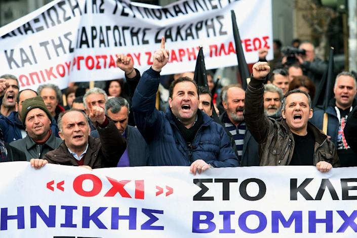 Workers shout slogans during a protest against the closure of three factories, in Thessaloniki on January 19, 2015 (AFP Photo/Sakis Mitrolidis)