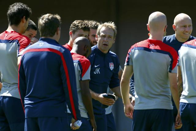 U.S. national soccer team coach Juergen Klinsmann (C) speaks to his players during a training session ahead of their 2014 world cup round of 16 match against Belgium in Salvador June 30, 2014. REUTERS/Michael Dalder (BRAZIL - Tags: SPORT SOCCER WORLD CUP)