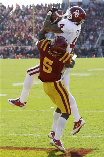 Oklahoma wide receiver Kenny Stills, top, catches a 21-yard touchdown pass over Iowa State defensive back Jeremy Reeves during the first half of an NCAA college football game, Saturday, Nov. 3, 2012, in Ames, Iowa. (AP Photo/Charlie Neibergall)
