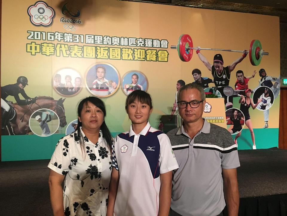 Lin Shih-Chia at the 2016 Olympics Welcome Home dinner with her parents. (Lin Shih-Chia)