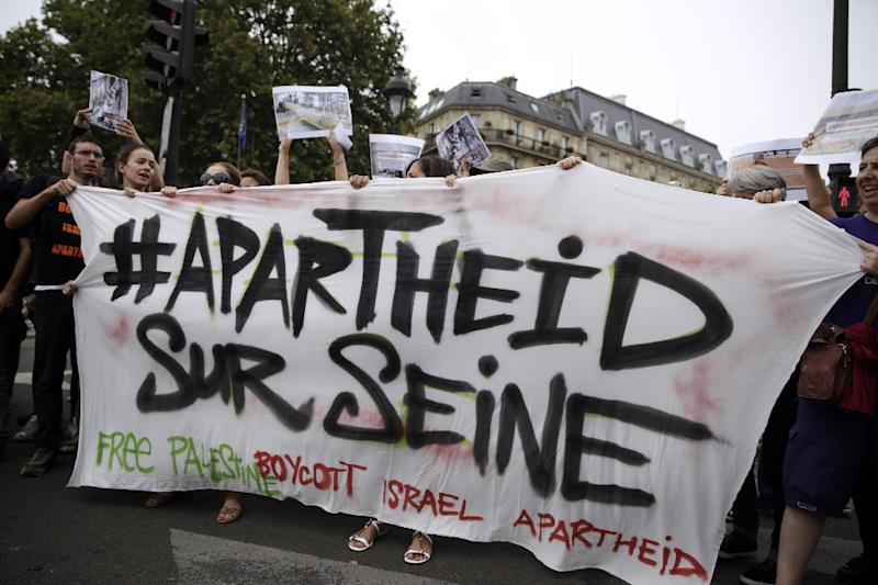 "Pro-Palestinian ""Gaza Beach"" protesters on the sidelines of ""Tel Aviv Sur Seine"" in Paris on August 13, 2015 (AFP Photo/Kenzo Tribouillard)"