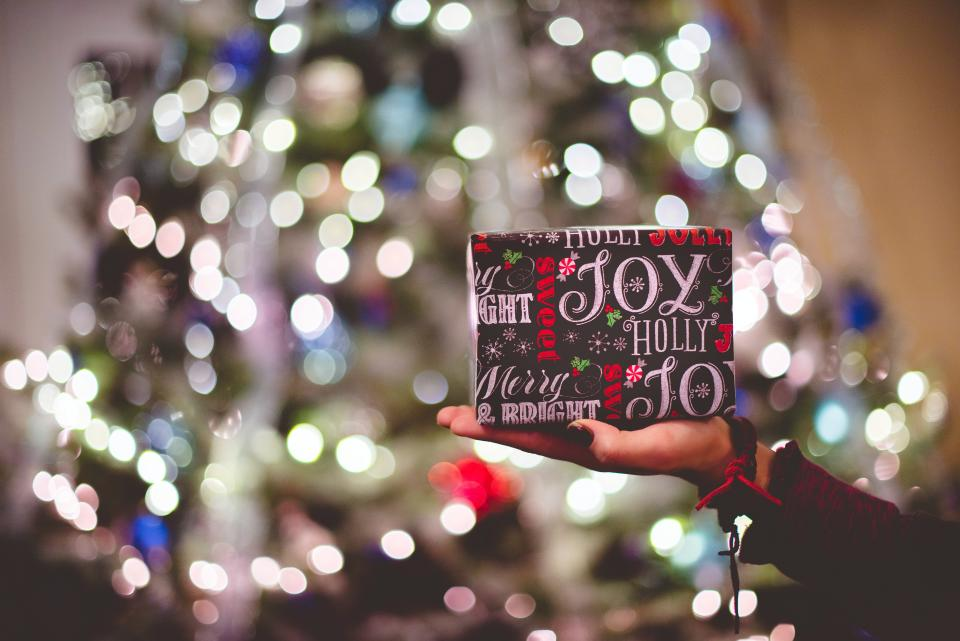 Many Brits will rely heavily on credit cards to cover the cost of Christmas – without a set budget. (Ben White/Unsplash)