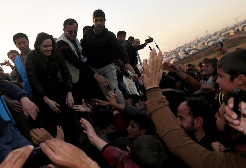 Actress and UNHCR ambassador Angelina Jolie greets displaced Iraqi children in Khanke, Iraq's Dohuk province, on January 25, 2015 (AFP Photo/Safin Hamed)