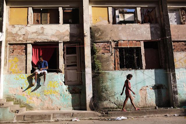 <p>Residents are shown outside a set of buildings in the Mangueira favela in Rio de Janeiro, May 4, 2017. (Photo: Mario Tama/Getty Images) </p>