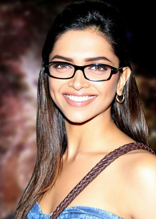 <b>1.	Deepika Padukone</b><br>Tall, lean and hot, this ex-model is counted as one of the top actresses all because she has got a confident and convincing face. And what is the best part of her face to make her convincing? It is her dimply smile!
