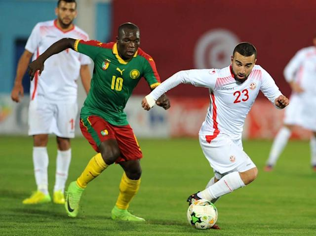 Cameroon's Vincent Aboubakar (L) vies with Tunisia's Naim Sliti (R) during their match on March 24, 2017 at the Ben Jannet stadium in Monastir (AFP Photo/SALAH HABIBI)