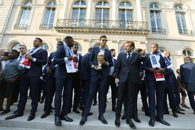 Paris (France), 16/07/2018.- France's goalkeeper Alphonse Areola holds the winner's trophy as he stands next to French President Emmanuel Macron during a reception at the Elysee Presidential Palace in Paris, France, 16 July 2018, after French players won the Russia 2018 World Cup final football match. France celebrated their second World Cup win 20 years after their maiden triumph on July 15, 2018, overcoming a passionate Croatia side 4-2 in one of the most gripping finals in recent history. (Croacia, Mundial de Fútbol, Rusia, Francia) EFE/EPA/LUDOVIC MARIN / POOL MAXPPP OUT