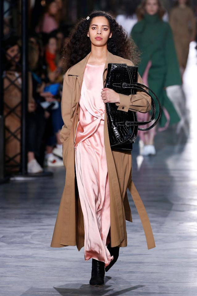 <p>FYI: this is how to carry your bag this season. Models stepped out in Burlington Arcade at Rejina Pyo with heavy-duty handbags wedged beneath their armpits in a show which brought vintage silhouettes into the modern era. <em>[Photo: Getty]</em> </p>