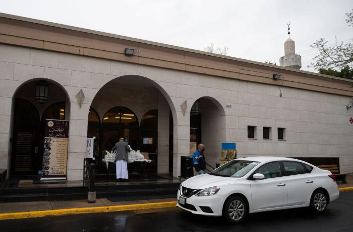 """<span class=""""caption"""">Volunteers distributing drive-thru iftar meals outside an Islamic center in Falls Church, Virginia.</span> <span class=""""attribution""""><a class=""""link rapid-noclick-resp"""" href=""""https://www.gettyimages.com/detail/news-photo/volunteers-and-security-guards-wear-masks-as-they-news-photo/1211233175?adppopup=true"""" rel=""""nofollow noopener"""" target=""""_blank"""" data-ylk=""""slk:Andrew Caballero-Reynolds/AF via Getty Images"""">Andrew Caballero-Reynolds/AF via Getty Images</a></span>"""