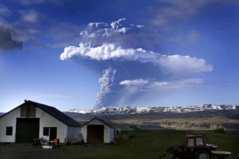 Picture taken on May 21, 2011 shows a cloud of smoke and ash over the Grimsvoetn volcano on Iceland (AFP Photo/Sigurlaug Linnet)