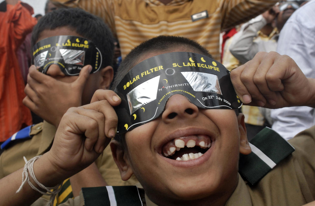 <p>School children use solar viewers to view an annular solar eclipse in southern Indian city of Hyderabad, Pakistan, Jan. 15, 2010. (Photo: Krishnendu Halder/Reuters) </p>