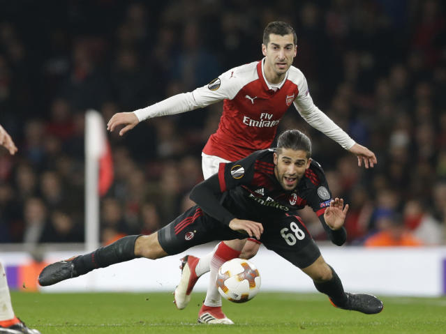 AC Milan's Ricardo Rodriguez, right, is tackled by Arsenal's Henrickh Mkhitaryan during the Europa League round of 16 second leg soccer match between Arsenal and AC Milan at the Emirates stadium in London, Thursday, March, 15, 2018. (AP Photo/Alastair Grant)