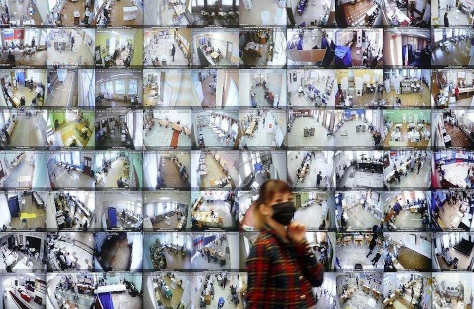An information board showing live broadcast from polling stations (Mikhail Japaridze/Tass)