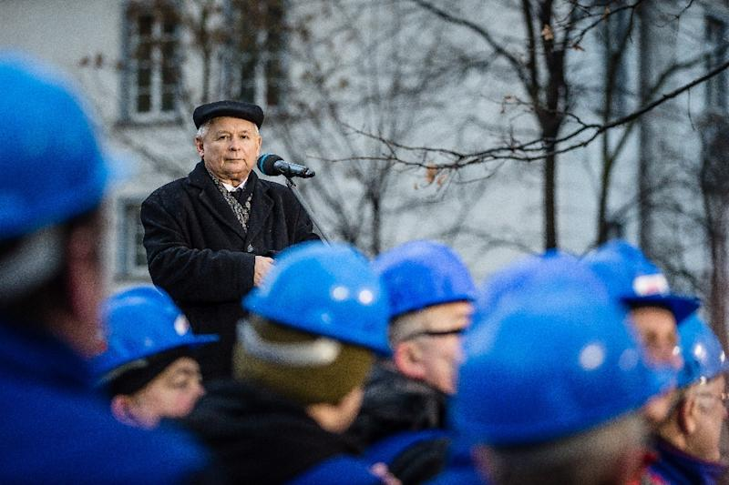Jaroslaw Kaczynski, leader of Poland's ruling party Law and Justice (PiS), gives a speech in front of the Constitutional Court during a pro-government demonstration on December 13, 2015 in Warsaw (AFP Photo/Wojtek Radwanski)