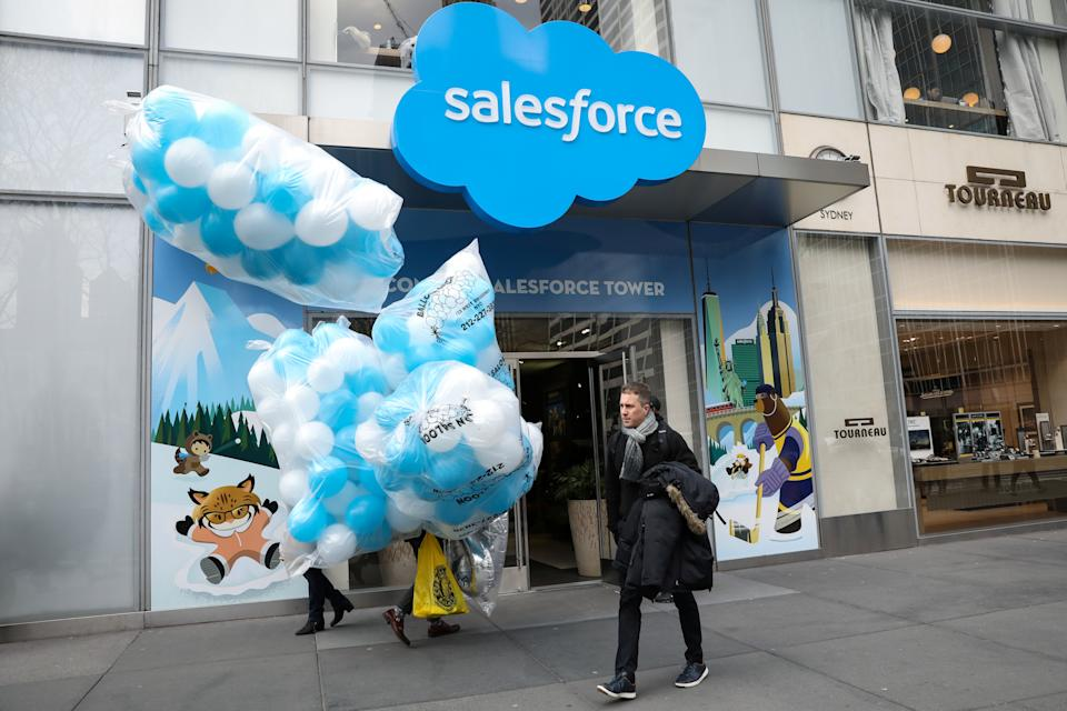 A man arrives with a bundle of balloons at the Salesforce Tower and Salesforce.com offices in New York City, U.S., March 7, 2019. REUTERS/Brendan McDermid