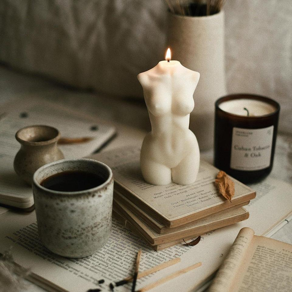 """The only <a href=""""https://www.glamour.com/gallery/best-fall-candles?mbid=synd_yahoo_rss"""" rel=""""nofollow noopener"""" target=""""_blank"""" data-ylk=""""slk:candle"""" class=""""link rapid-noclick-resp"""">candle</a> you should be gifting this year is right here. So gorgeous we wouldn't blame them for not even lighting it. $20, Etsy. <a href=""""https://www.etsy.com/listing/849569855/scented-venus-bust-candle-white?"""" rel=""""nofollow noopener"""" target=""""_blank"""" data-ylk=""""slk:Get it now!"""" class=""""link rapid-noclick-resp"""">Get it now!</a>"""