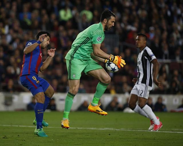 Juventus goalkeeper Gianluigi Buffon claims the ball ahead of Barcelona forward Luis Suarez during the Champions League quarter-final second leg at the Camp Nou stadium in Barcelona on April 19, 2017 (AFP Photo/Marco BERTORELLO)