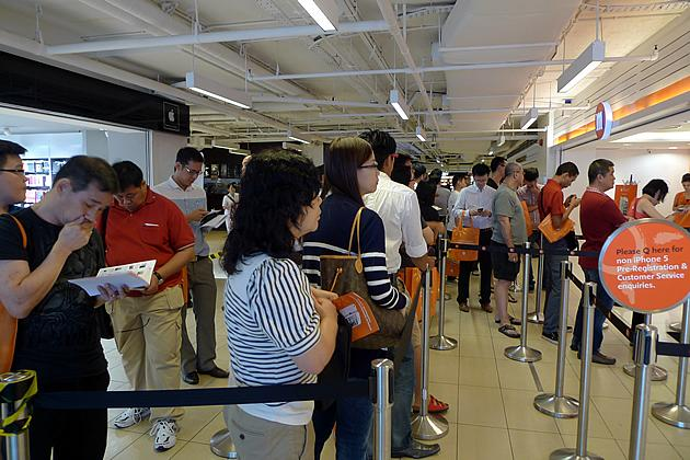 About 200 people were queueing at the Paragon outlet of M1. Customers are expected to wait about two hours to register, and another four to six hours to get their iPhoen 5. (Yahoo! photo)