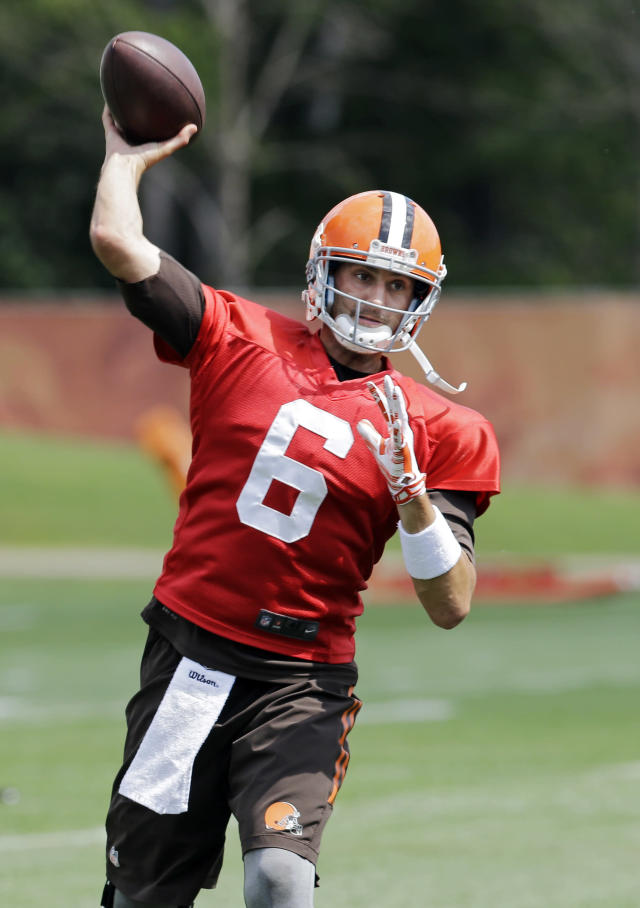 Cleveland Browns quarterback Brian Hoyer (6) passes during practice at the NFL football team's facility in Berea, Ohio Wednesday, Sept. 3, 2014. Hoyer gets the start in Sunday's season opener against the Steelers in Pittsburgh. (AP Photo/Mark Duncan)