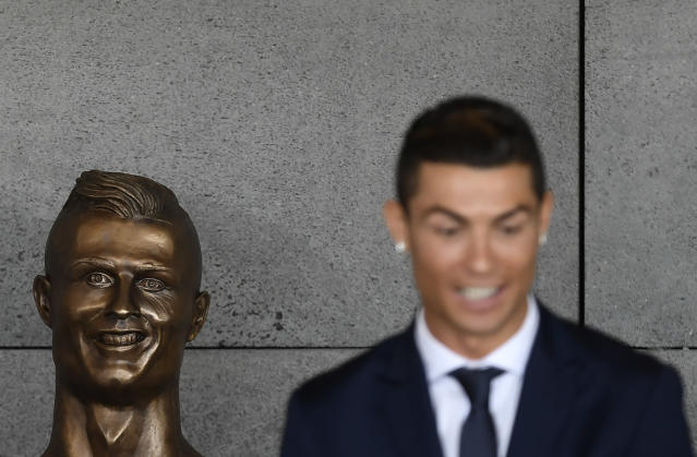 "Emanuel Santos, the sculptor of the original <a class=""link rapid-noclick-resp"" href=""/soccer/players/373159/"" data-ylk=""slk:Cristiano Ronaldo"">Cristiano Ronaldo</a> bust (pictured) that was relentlessly mocked, had another go at it. (Getty)"