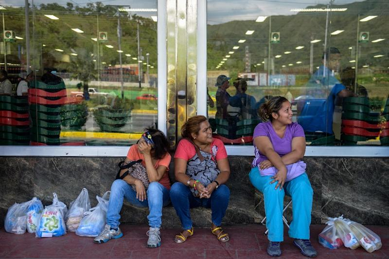 People queue up outside a supermarket amid shortages in Valencia, 180 km west of Caracas on August 11, 2015 (AFP Photo/Federico Parra)