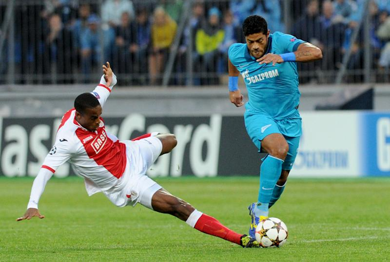 Aenit Saint Petersburg's Hulk (R) vies for the ball with Standard Liege Ricardo Faty (L) during their UEFA Champions League play-off second leg match in St Petersburg, Russia, on August 26, 2014 (AFP Photo/Olga Maltseva)