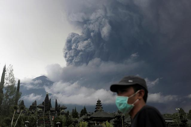 <p>Mount Agung volcano erupts as seen from Besakih Temple in Karangasem, Bali, Indonesia on Nov. 26, 2017. (Photo: Johannes P. Christo/Reuters) </p>