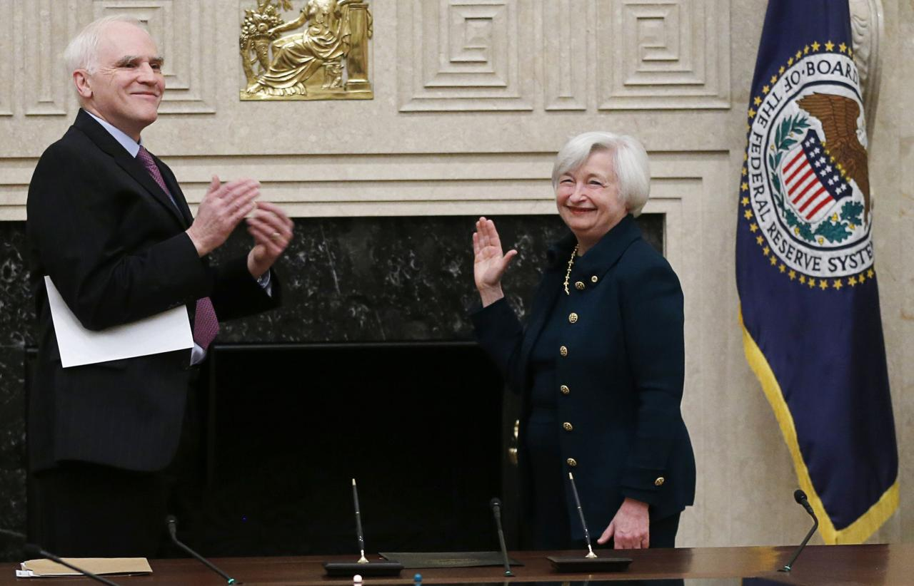Federal Reserve Board Governor Daniel Tarullo (L) applauds new Federal Reserve Board Chairwoman Janet Yellen after administering the oath of office to Yellen at the Federal Reserve Board in Washington February 3, 2014. REUTERS/Jim Bourg (UNITED STATES - Tags: BUSINESS POLITICS PROFILE TPX IMAGES OF THE DAY)