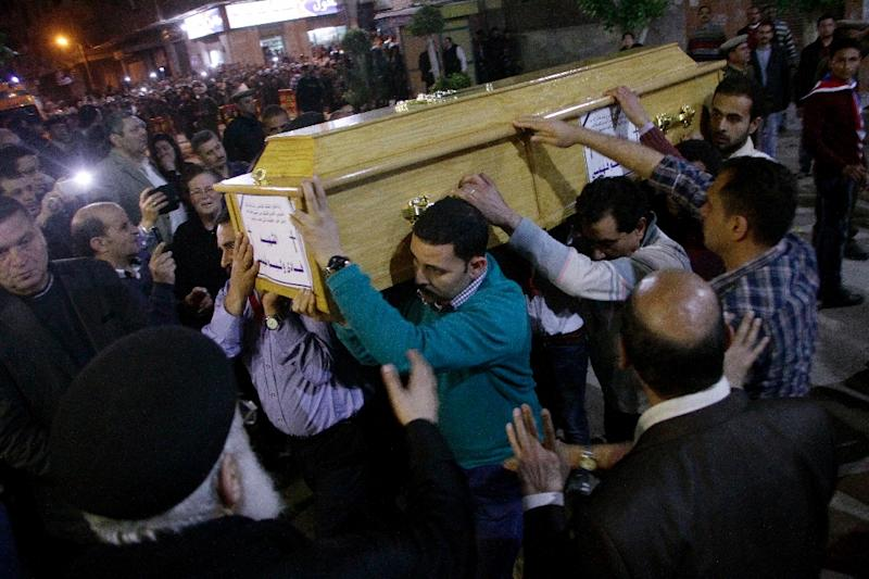 Egyptian Christians carry a coffin during the late night funeral of the victims of a blast that killed worshippers attending Palm Sunday mass at the Mar Girgis Coptic Orthodox Church in Tanta, on April 9, 2017 (AFP Photo/STRINGER)