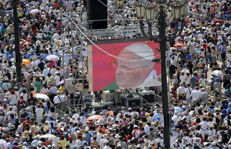 Faithful attend a mass led by Pope Francis during a two-day pastoral visit in Turin, Italy, June 21, 2015. REUTERS/Giorgio Perottino