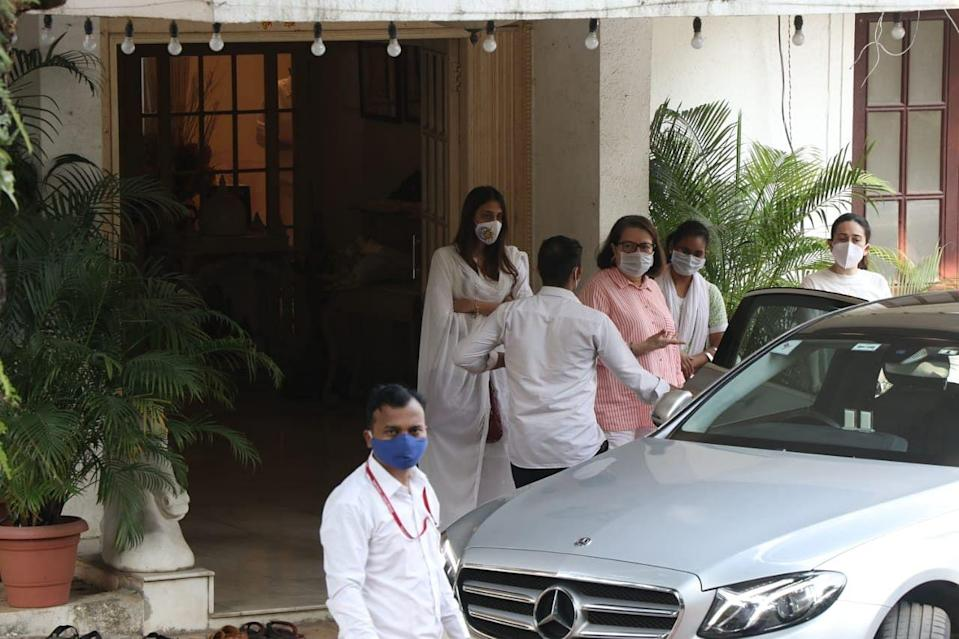 <p>Karisma Kapoor and other family members.</p>