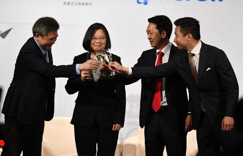 (L-R) Director Kin Moy of the American Institute in Taiwan, Taiwanese President Tsai Ing-wen, AmCham Taipei chairman Albert Chang and Alex Wong, US Deputy Assistant Secretary of State, toast each other at a banquet (AFP Photo/SAM YEH)