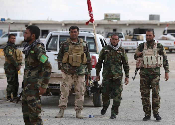 Iraqi Sunni fighters stand at a checkpoint at the entrance of Al-Alam, a flashpoint town north of Tikrit on March 22, 2015 (AFP Photo/Ahmad al-Rubaye)