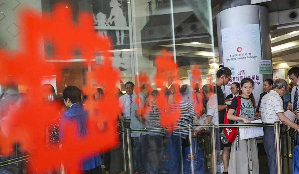 Hongkongers line up to apply for affordable flats offered under the government's Home Ownership Scheme. Photo: Sam Tsang