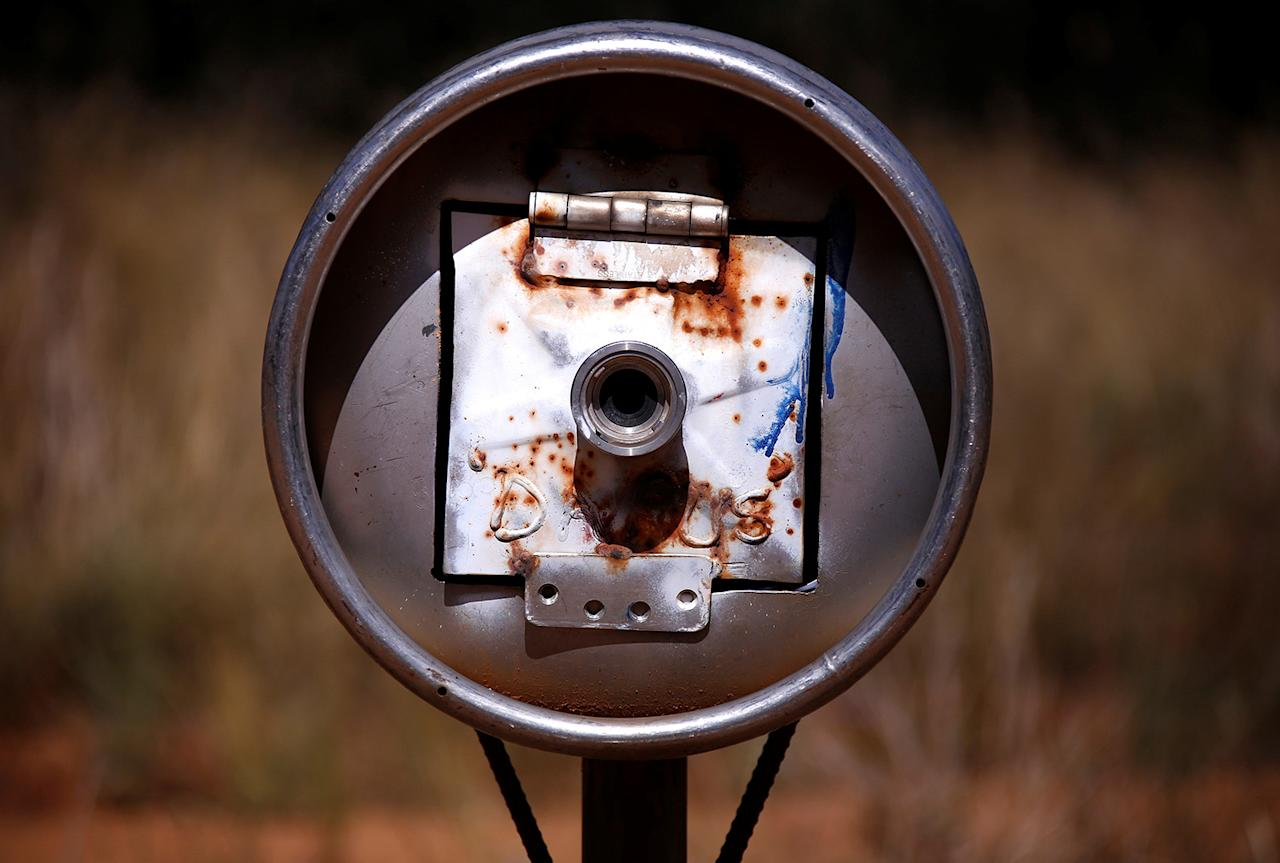<p>An old beer keg serves as a mailbox in the outskirts of Walgett township, northwest of Sydney, Australia. (Photo: David Gray/Reuters) </p>