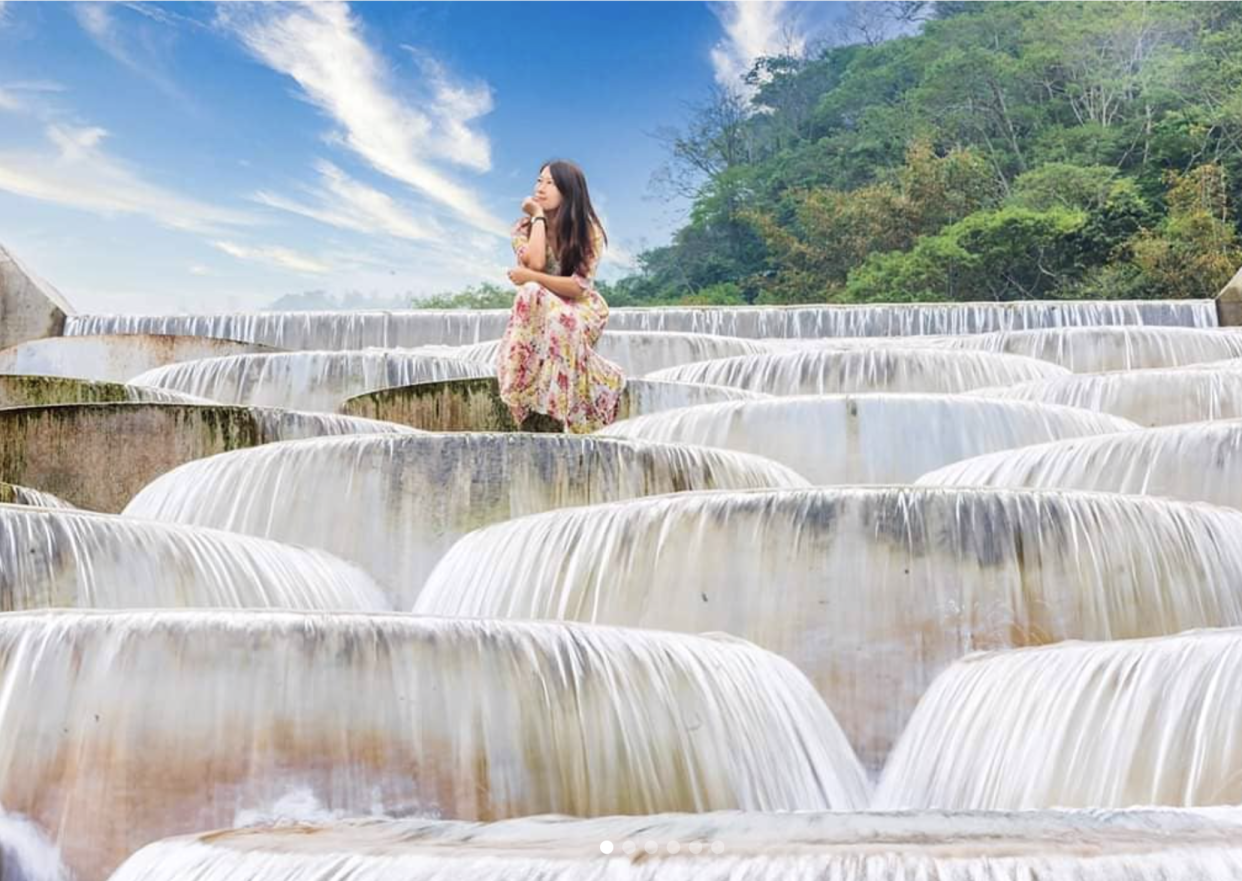 "<p>A scenic spot ""cotton castle,"" known for water flowing down the white terraces, is located at the line between Taichung and Miaoli in central Taiwan. (Courtesy of IG: @molly888666)</p>"
