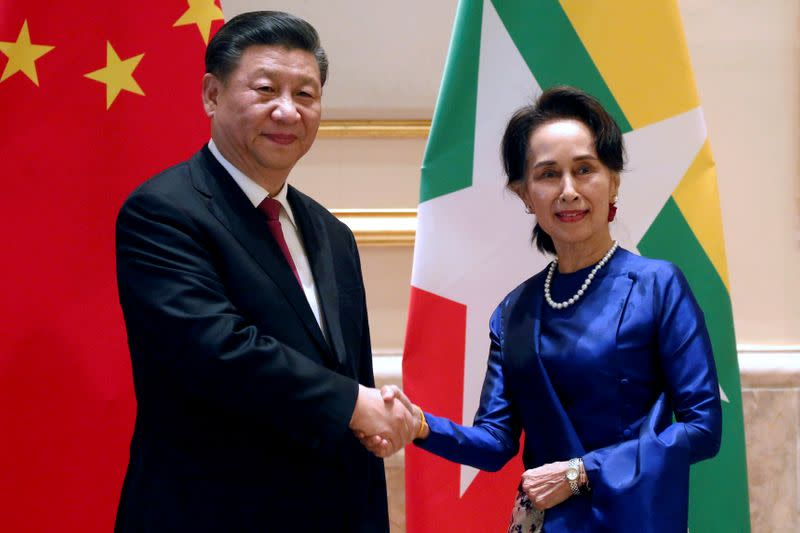 FILE PHOTO:Chinese President Xi and Myanmar State Counsellor Aung San in Naypyitaw