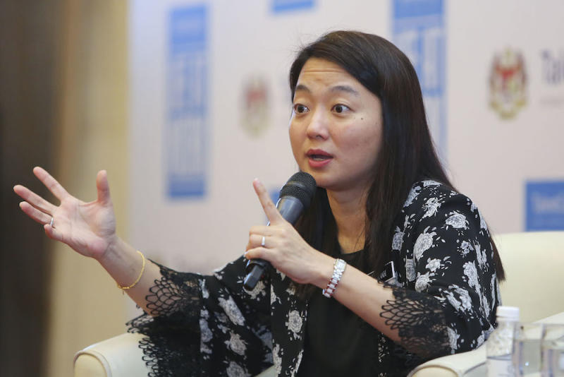 Hannah Yeoh and Syahredzan Johan released a joint statement condemning the attack on a transgender in Negri Sembilan. — Picture by Yusof Mat Isa
