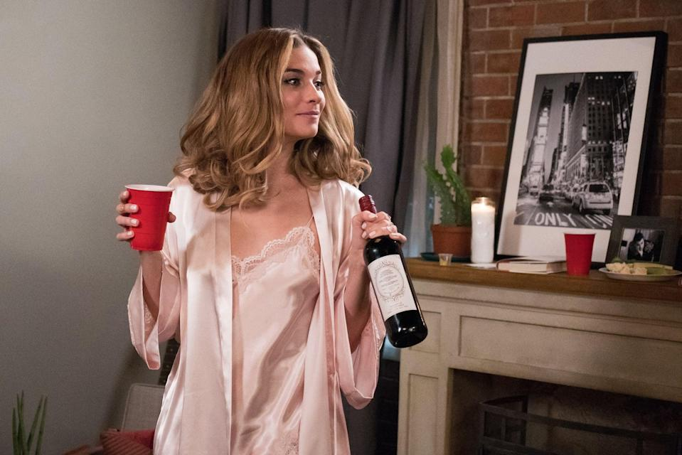SCHITT'S CREEK, Annie Murphy, 'Housewarming', (Season 5, ep. 505, originally premired in the US on Feb. 6, 2019). photo: Ian Watson / CBC/POP / courtesy Everett Collection