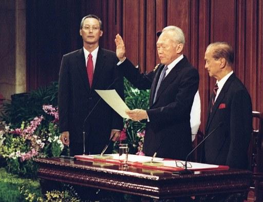 SINGAPORE, Singapore : Former Singapore's Prime Minister Lee Kwan Yew (2dR) takes his oath of office as senior Minister in the new Prime Minister Goh Chok Tong's (L) government, next to President Wee Kim Wee (R) at the City Hall 28 November 1990.