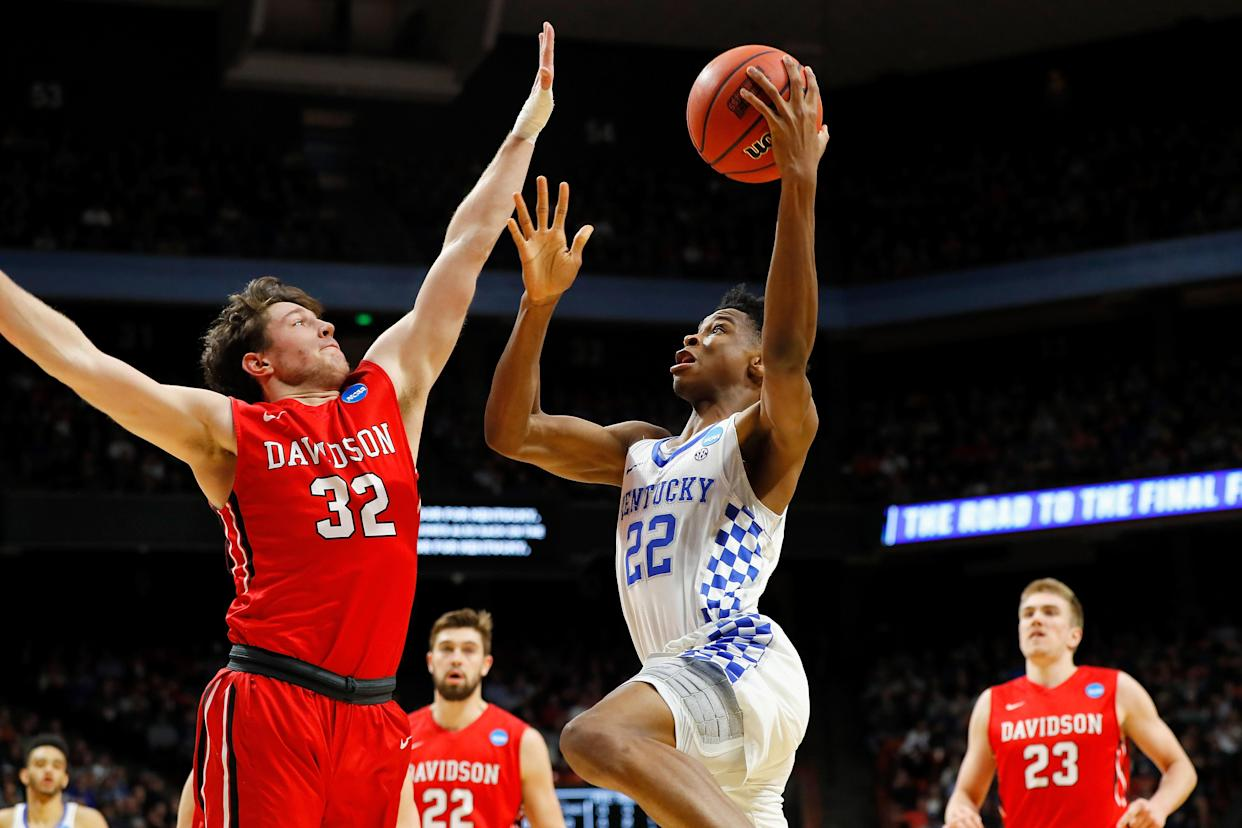 Shai Gilgeous-Alexander goes to the rim in Kentucky's win over Davidson. (Getty)