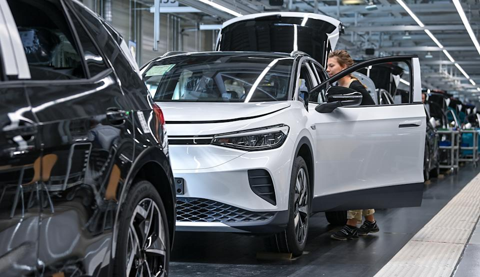 18 September 2020, Saxony, Zwickau: An employee at the Volkswagen plant in Zwickau completes a VW ID.4 Volkswagen produces the first purely electric SUV at the plant in Zwickau. The ID.3 is already rolling off the production line here. Of the 1.5 million electric vehicles of the brand planned annually until 2025, about 500,000 units are expected for the ID.4. Photo: Hendrik Schmidt/dpa-Zentralbild/ZB (Photo by Hendrik Schmidt/picture alliance via Getty Images)