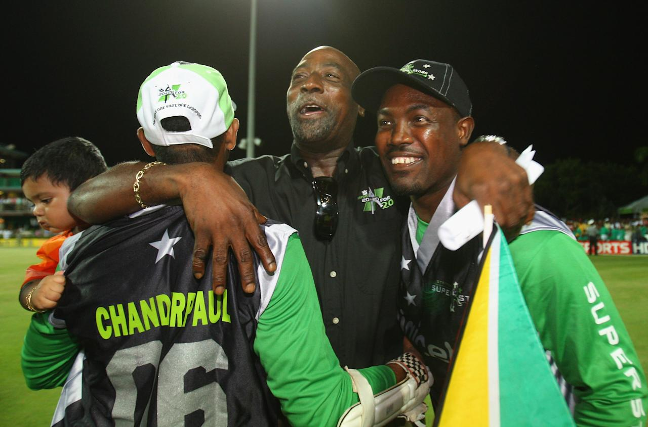 ST. JOHN'S, ANTIGUA AND BARBUDA - NOVEMBER 01: Sir Vivian Richards congratulates the Superstars players during the Stanford Twenty20 Super Series 20/20 for 20 match between Stamford Superstars and England at the Stanford Cricket Ground on November 1, 2008 in St Johns, Antigua. (Photo by Tom Shaw/Getty Images)