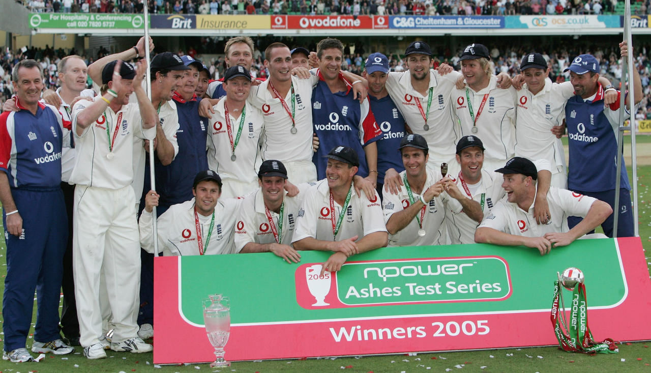 LONDON - SEPTEMBER 12: The England team celebrate after regaining the Ashes during day five of the Fifth npower Ashes Test match between England and Australia at the Brit Oval on September 12, 2005 in London, England.  (Photo by Tom Shaw/Getty Images)