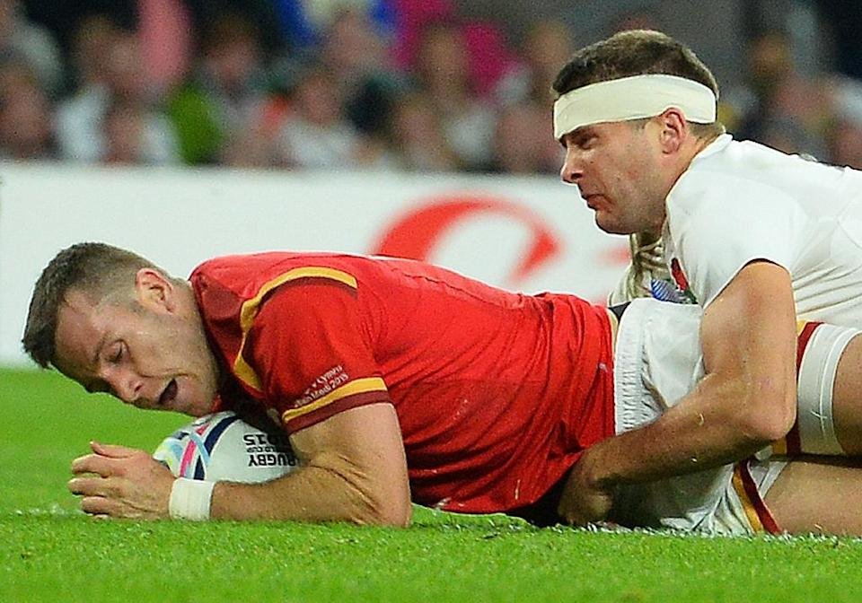 Wales' scrum half Gareth Davies (L) scores a try during a Pool A match of the 2015 Rugby World Cup between England and Wales at Twickenham stadium, south west London, on September 26, 2015 (AFP Photo/Glyn Kirk)
