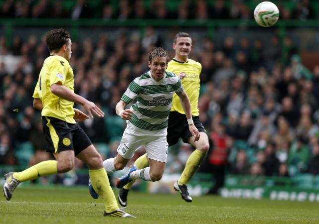 Celtic's Stefan Johansen scores against St Mirren during their Scottish Premier League soccer match at Celtic Park Stadium in Glasgow, Scotland March 22, 2014. REUTERS/Russell Cheyne (BRITAIN - Tags: SPORT SOCCER)