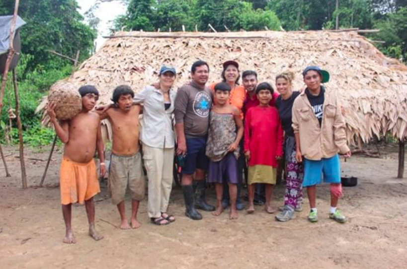David Good con su madre Yarima y otros familiares yanomami en su expedición de 2018 (Captura de Pantalla The Good Project)